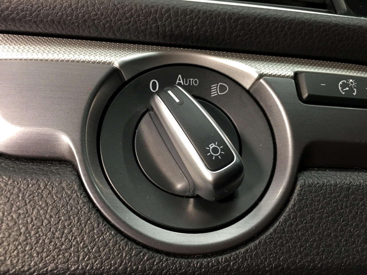 Pre-Owned 2018 Volkswagen Passat R-Line