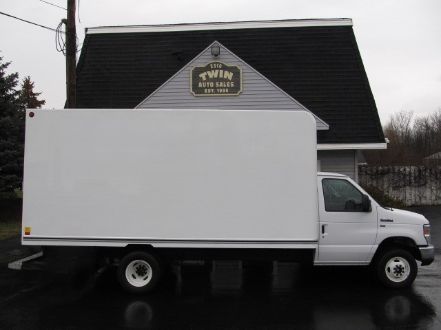 2016 Ford Econoline E-450  16' Unicell body  Pull-out Ramp  DRW
