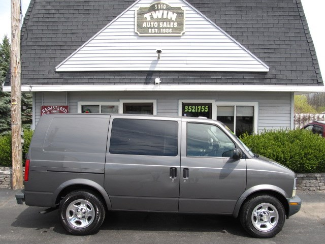 2003 Chevrolet Astro Cargo Van 2 WD   Ladder Rack 1 Bin in back