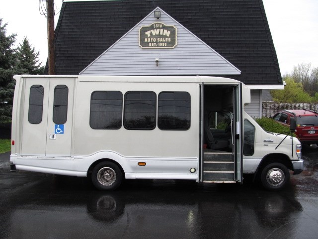 2012 Ford Econoline E450  13-Passenger Shuttle Bus   Wheelchair Lift