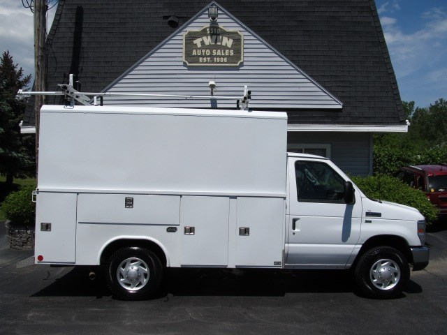 2013 Ford Econoline E-350SD 11' Reading Walk-in Utility body  Ladder R