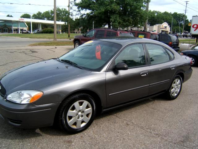 2005 Ford Taurus very clean inside and out runs and drives great like new tire