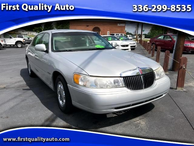 The Auto Weekly 2000 Lincoln Town Car 1lnhm82w1yy777478 For Sale