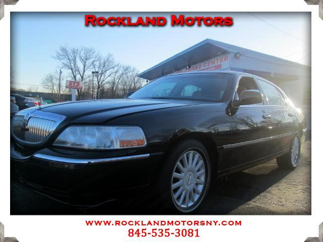 2005 Lincoln Town Car DISCLAIMER We make every effort to present information that is accurate Howe