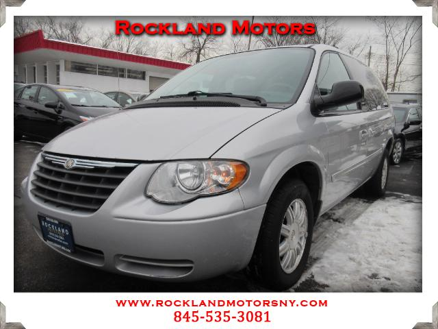 2005 Chrysler Town  Country DISCLAIMER We make every effort to present information that is accurat