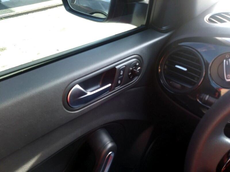 2012 Volkswagen New Beetle Coupe 2dr 2.5L Auto