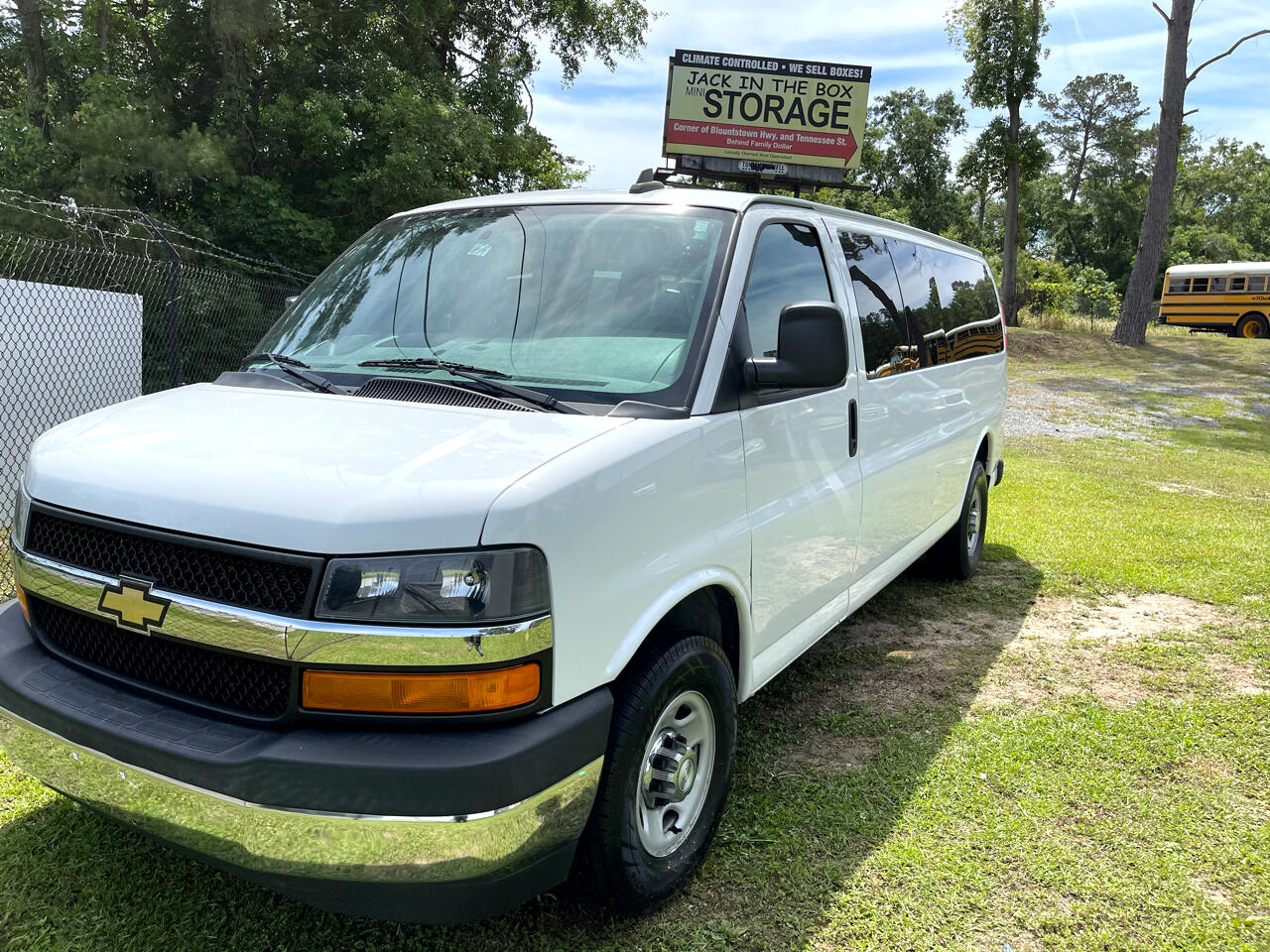 "Chevrolet Express Passenger RWD 3500 155"" LT w/1LT 2017"