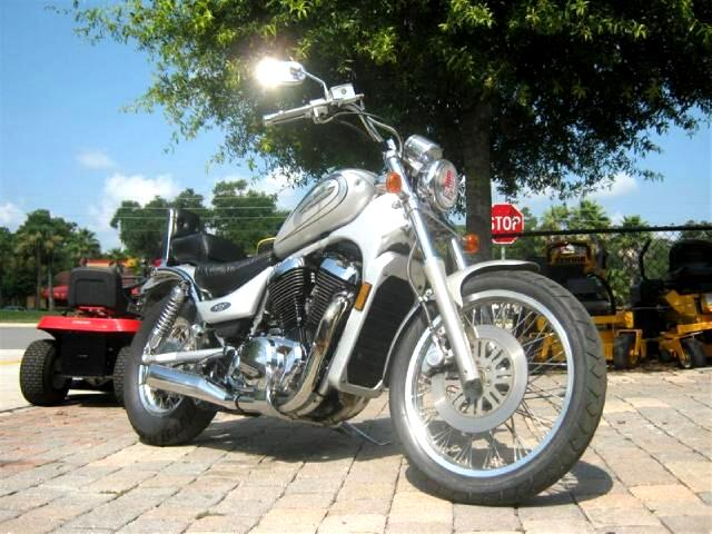 2004 Suzuki VS800 Intruder mid size cruiser runs great nice ride