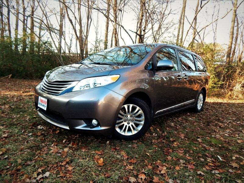 2015 Toyota Sienna Navigation, Leather Int., Sunroof, Blind Spot Moni
