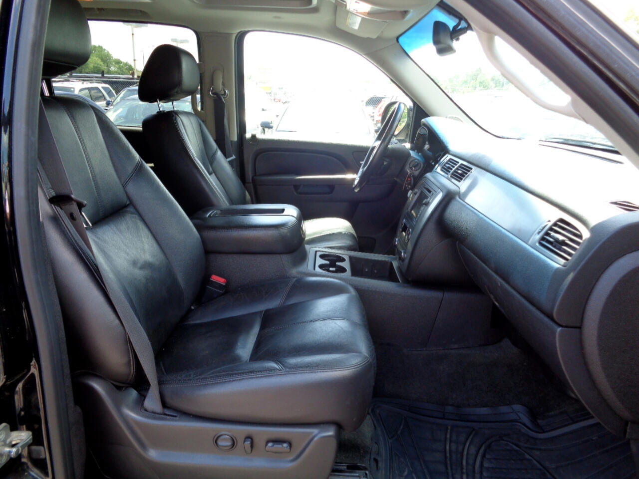 Chevrolet Suburban LT 1500 4WD 2011
