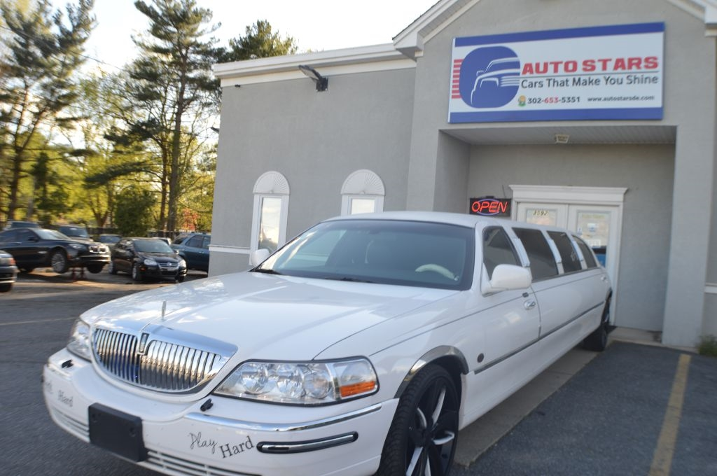 2003 Lincoln Town Car 4dr Sdn Executive w/Limousine Pkg