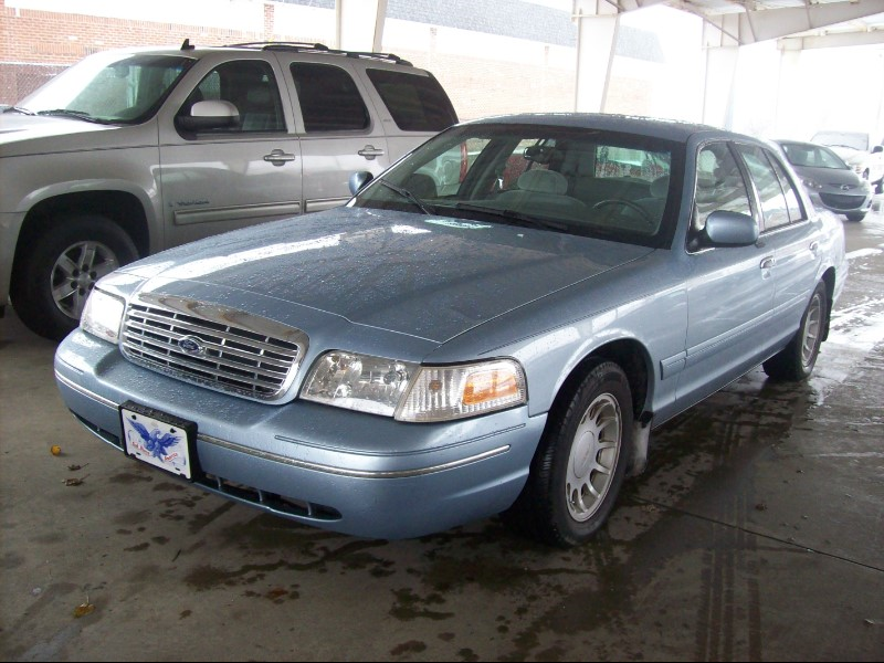 2001 Ford Crown Victoria 4dr Sdn LX